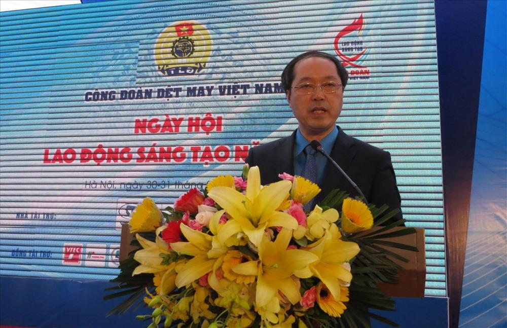 Ông Lê Nho Thướng - Chủ tịch CĐ Dệt May VN phát biểu khai mạc ngày hội. Ảnh: Xuân Trường