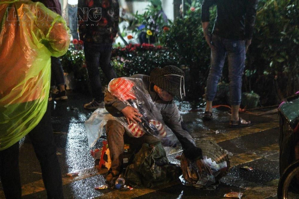 Tại chợ Viềng (Nam Định) đêm mùng 7 tháng Giêng (22.2), nhiều người ôm theo trẻ em nằm dưới đường rồi lăn theo dòng du khách xin tiền tạo nên những hình ảnh phản cảm. Ảnh: Cường Ngô