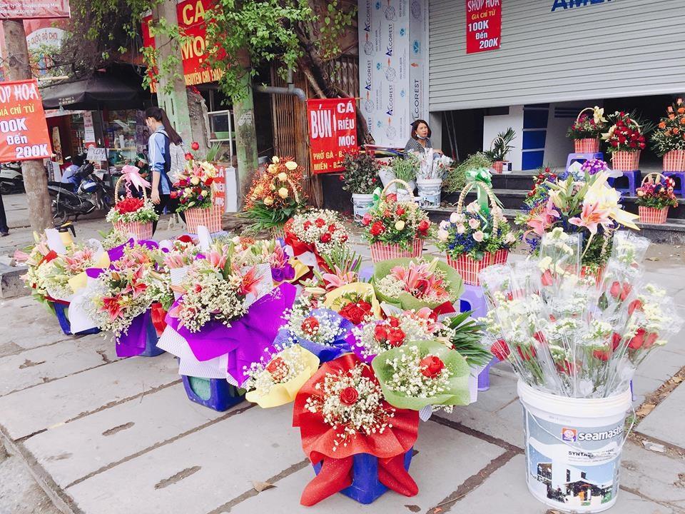 Những bó hoa, lẵng hoa được trang trí bắt mắt được bày la liệt các tuyến phố thu hút người đi đường.