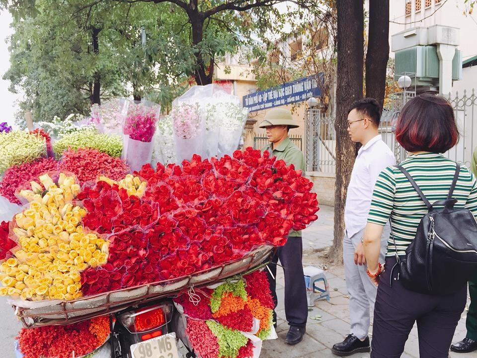 Chủ gánh hoa cho biết hoa hồng ngày thường chỉ 5.000 đồng/ bông thì tới cận ngày 8.3, giá hoa tăng nhẹ lên 8.000 - 10.000 đồng/ bông