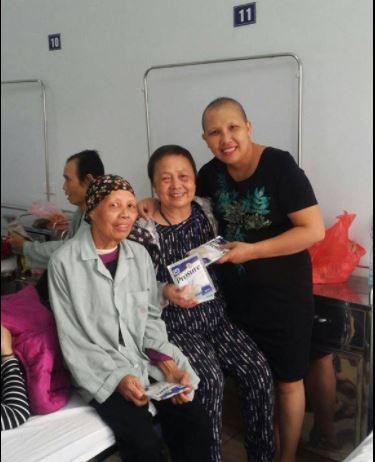 Chị Trần Thị Cẩm Bào chia sẻ với bệnh nhân ung thư. Ảnh: NVCC