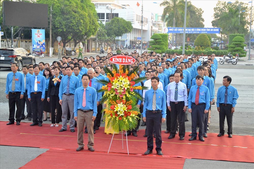 Đoàn đại biểu, khách mời dự Đại hội X Công đoàn An Giang trước giờ dâng hoa. (Ảnh: Lục Tùng)