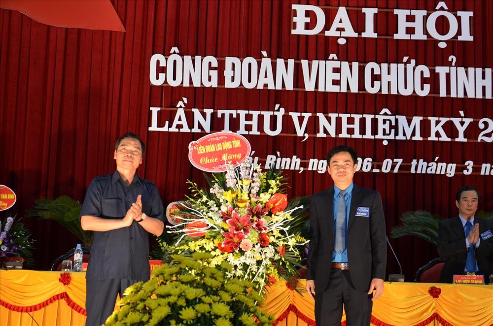 Lãnh đạo LĐLĐ tỉnh Thái Bình tặng hoa chúc mừng đại hội.