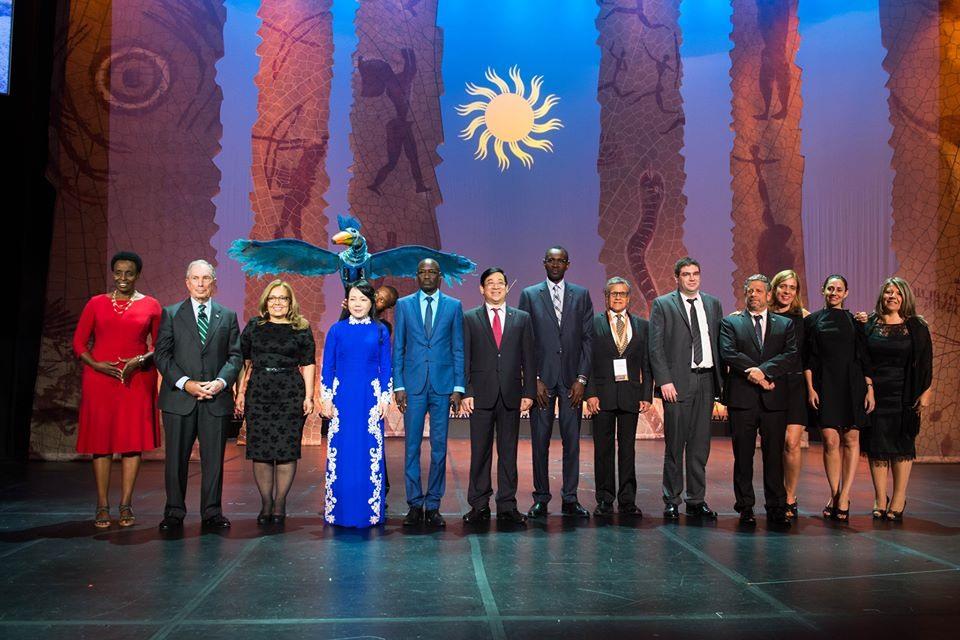 Bộ trưởng Bộ Y tế cùng một số đại diện các nước tại Hội nghị (Ảnh: BYT)