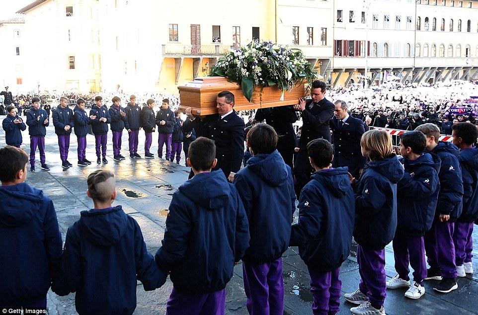 Linh cữu của đội trưởng Fiorentina được đưa vào bên trong nhà thờ. Ảnh: Getty.