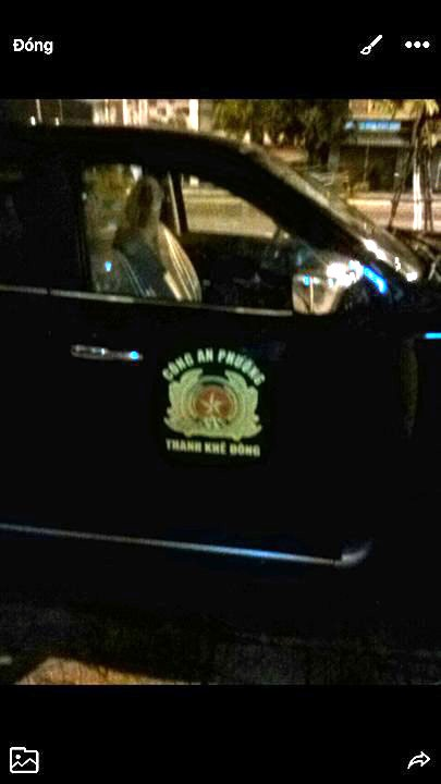 Chiếc công xa của lực lượng được ông Trưởng công an phường đưa thủ phạm vụ hành hung ra về