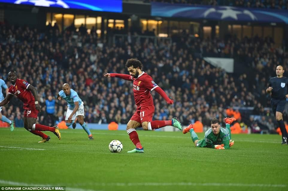Bàn gỡ hòa 1-1 của Salah (áo đỏ giữa). Ảnh: Daily Mail.