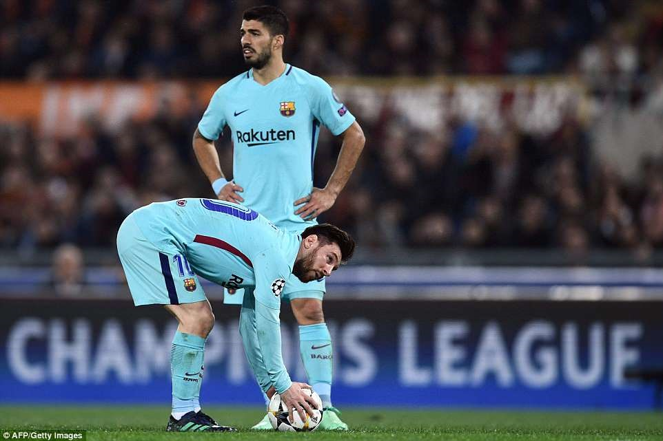 Messi liên tục phải giao bóng ở vạch giữa sân trong trận đấu rạng sáng nay. Ảnh: Getty.