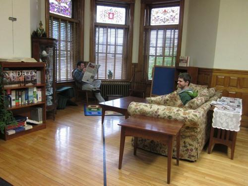 Vạch đen bên trong phòng đọc sách của thư viện. Ảnh:Flickr.