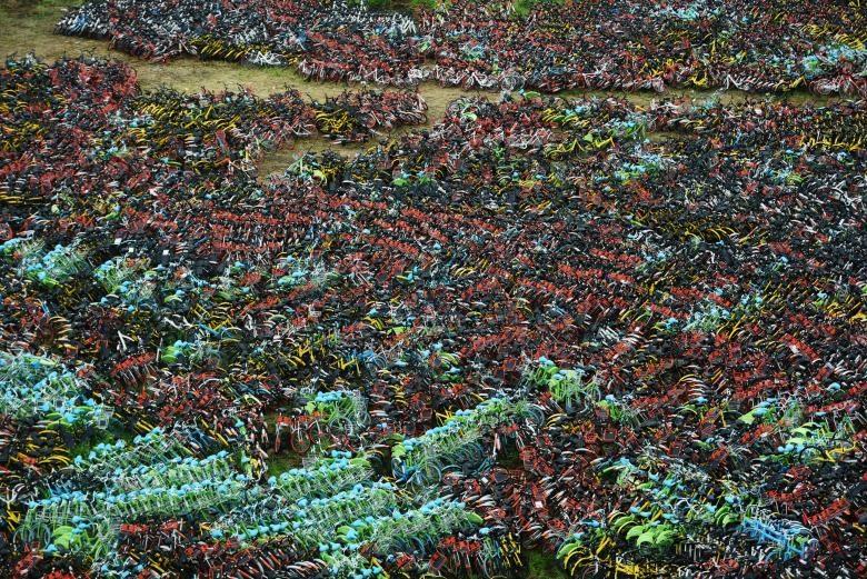 Hàng nghìn chiếc xe đạp hỏng xếp la liệt trên một mảnh đất thuộc khu đô thị ở Hàng Châu, tỉnh Chiết Giang. (Ảnh: REUTERS)