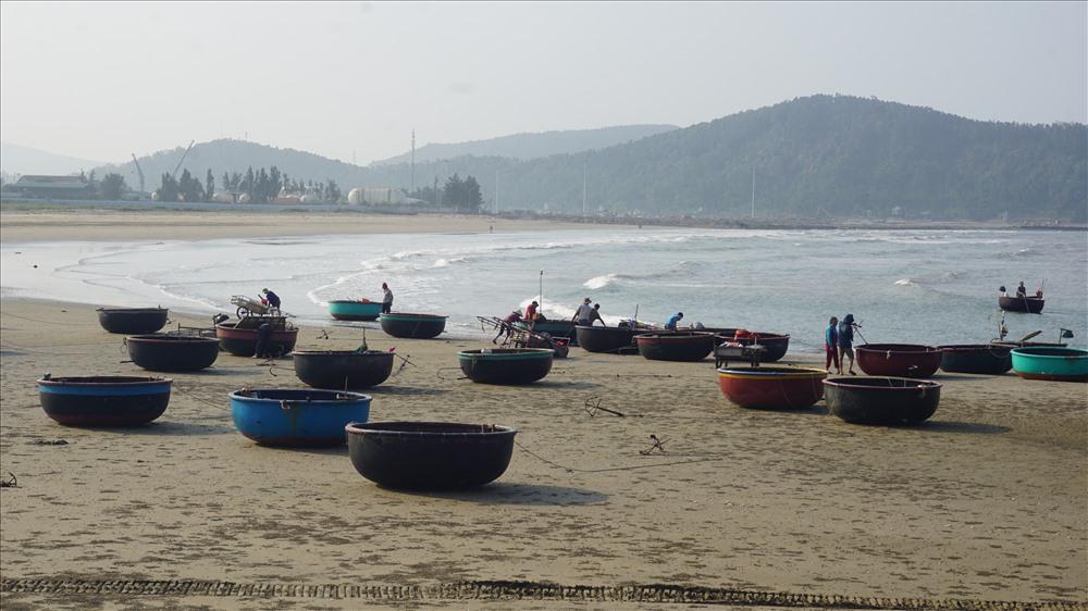 Những thuyền thúng của ngư dân trên biển chiều...Ảnh: Q. Đại