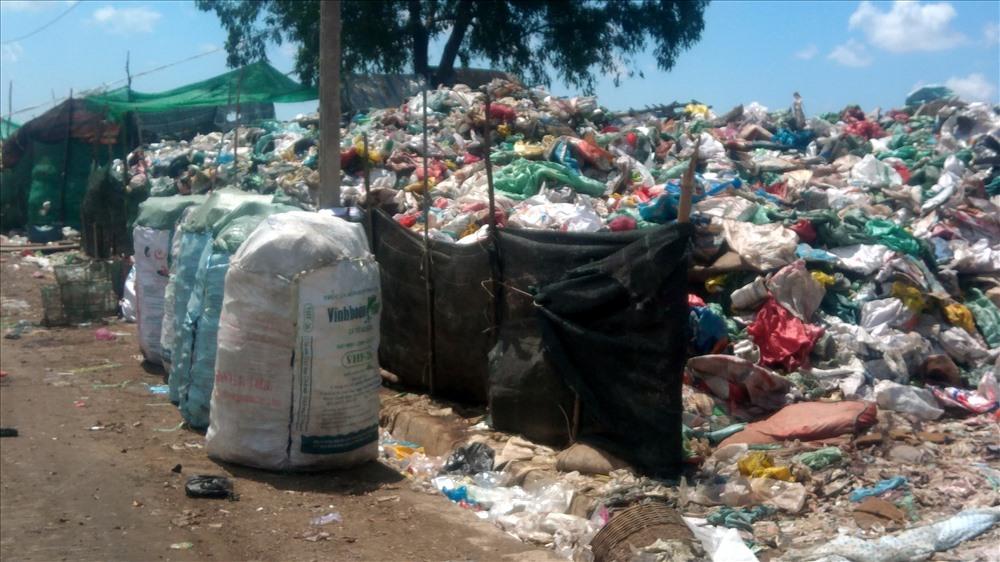 Người nhặc rác tự phân loại sản phẩm tại bãi rác (ảnh Nhật Hồ)