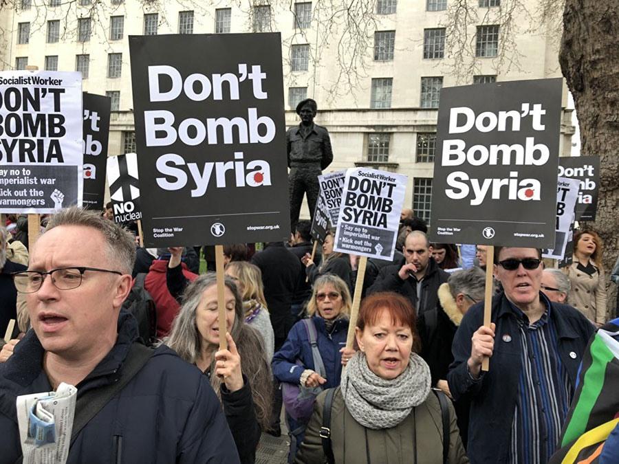 Người Anh biểu tình phản đối cuộc tấn công Syria. Ảnh: Getty Images