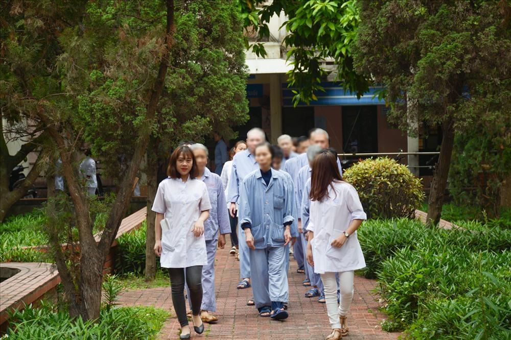 Mỗi sáng, sau khi đánh thức bệnh nhân làm vệ sinh cá nhân, các khoa sẽ dẫn bệnh nhân của mình đi tản bộ tập thể dục.