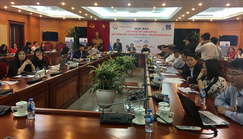 Đông đảo đại diện doanh nghiệp và cơ quan thông tấn báo chí tham dự họp báo