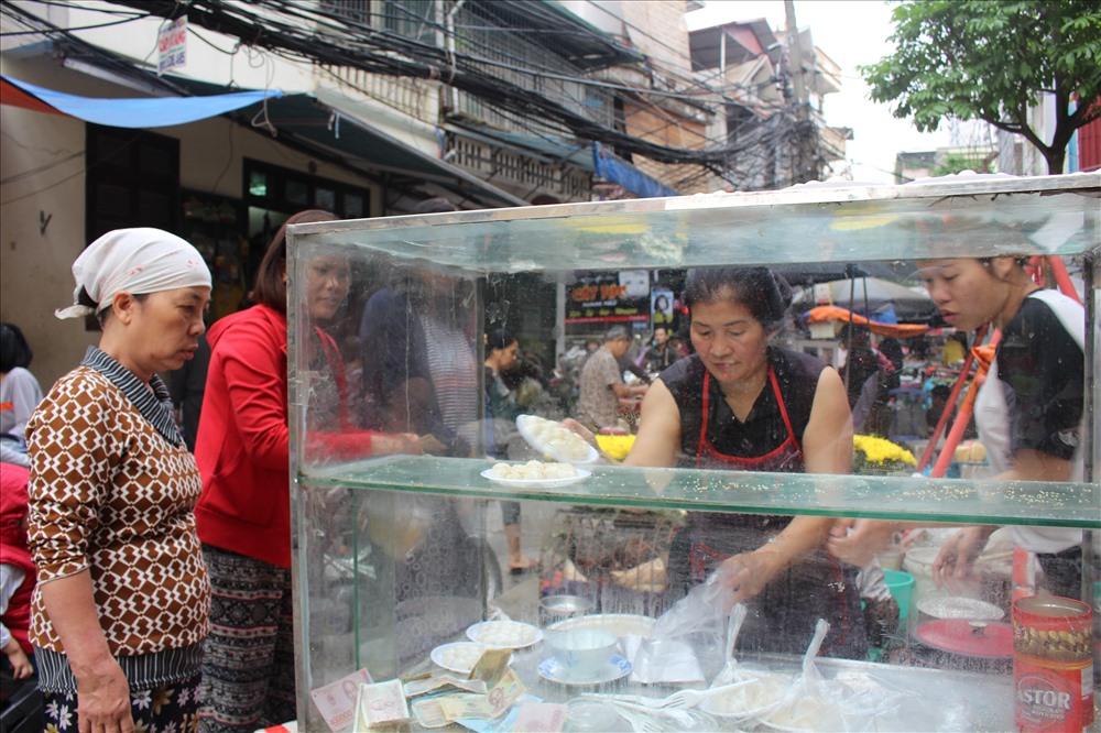 Cô Huệ hàng ngày chỉ bán xôi, hôm nay cũng bán thêm bánh trôi, chay để phục vụ nhu cầu mua của người dân.