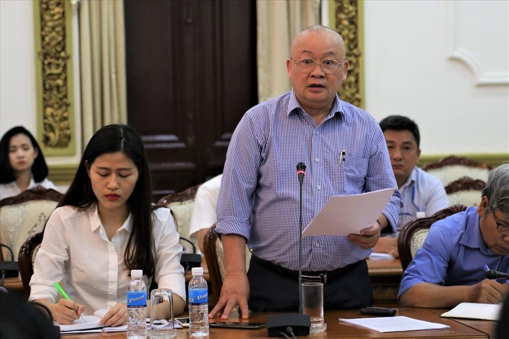 Ông Nguyễn Tăng Cường - Chủ tịch-TGĐ Cty CP tập đoàn công nghiệp Quang Trung báo cáo về hiệu quả của hệ thống máy bơm thông minh chống ngập cho đường Nguyễn Hữu Cảnh. Ảnh: Trường Sơn
