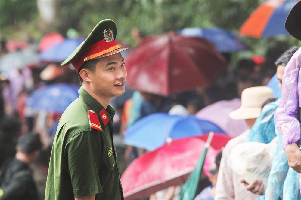 Các chiến sĩ phải đứng dưới mưa nhiều giờ để làm nhiệm vụ.