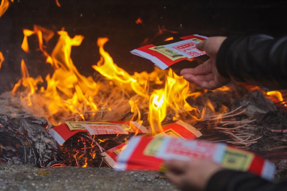 Trên khu vực đền, nhiều người dân không hài lòng với việc đốt vàng mã ngay cạnh khu vực thờ.