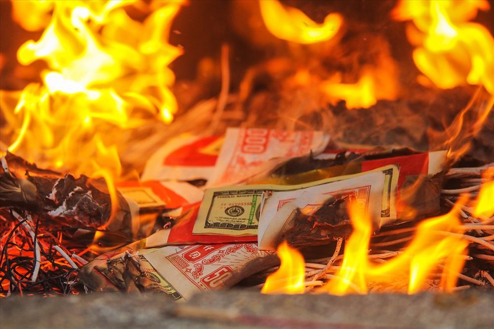 """""""Người đến lễ rất đông, sau khi lễ xong thì vàng mã được đem đi đốt khá nhiều. Vấn đề là lò đốt lại ở ngay cạnh khu vực người dân hành lễ nên khói, tro bụi bay tứ tung. Tạo cảm giác ngột ngạt, khó chịu cho người dân"""" chia sẻ của chị Thiều Thị Thanh (Tam Nông, Phú Thọ)"""