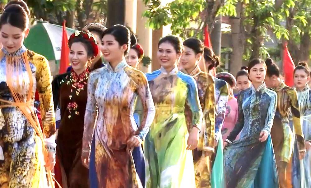Các người đẹp tham gia trình diễn áo dài trên đường phố. Ảnh:  Lê Phi Long