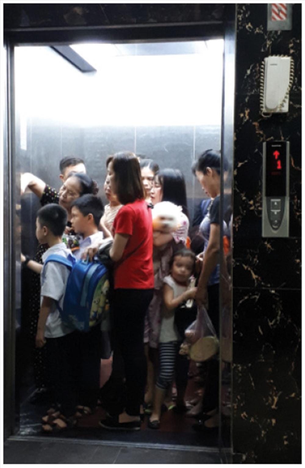 Cảnh người dân chen chúc vào thang máy.