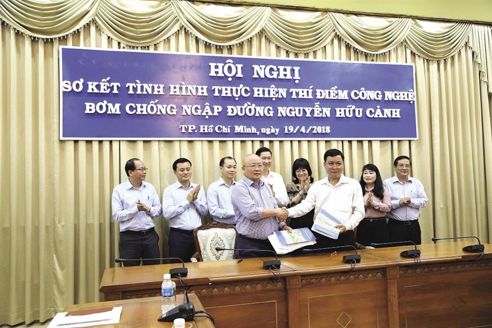 UBND TPHCM ký hợp đồng chính thức thuê công nghệ chống ngập với Cty CP tập đoàn cơ khí Quang Trung vào ngày 19.4. Ảnh: Trường Sơn
