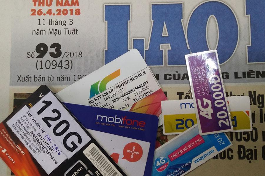 """SIM """"rác"""" của 3 nhà mạng mà phóng viên Báo Lao Động dễ dàng mua ngày 26.4 mà không có đăng ký ràng buộc gì."""