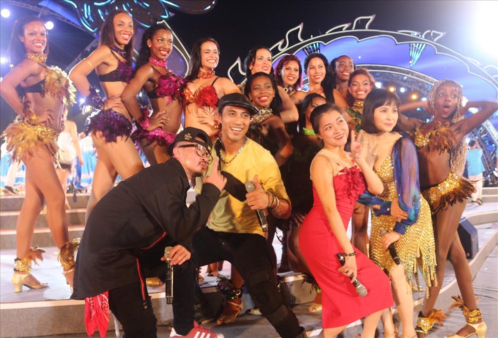 Các các sĩ, diễn viên Việt Nam chụp ảnh chung với các vũ công samba. Ảnh: Nguyễn Hùng