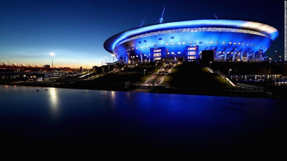 Sân vận động Saint Petersburg được thiết kế bởi kiến trúc sư người Nhật Kisho Kurosawa. Có hình dáng giống như một chiếc thuyền phi hành