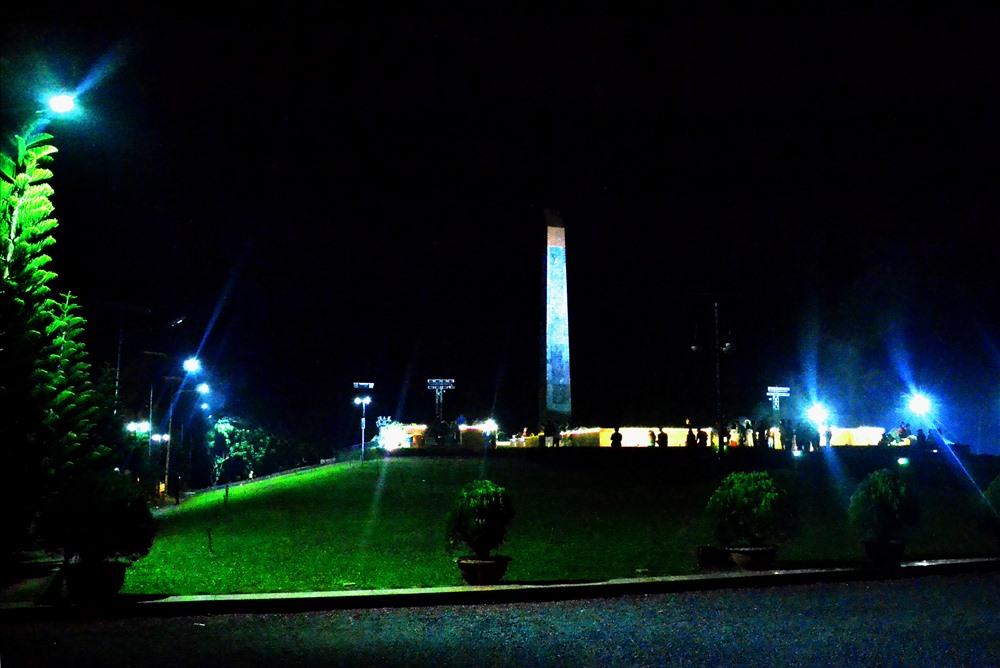 Nghĩa trang Hàng Dương luôn tấp nập dòng người đến viếng vào đêm khuya. (Ảnh: Thanh Mai)
