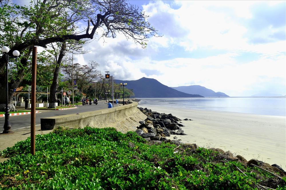 Bờ biển ở đây rất đẹp với vẻ hoang sơ và bãi cát trắng mịn chạy dài... mút tầm nhìn. (Ảnh: Thanh Mai)