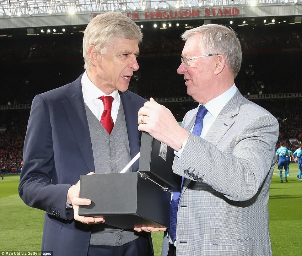 HLV Arsene Wenger (trái) nhận món quà nhỏ từ HLV Alex Ferguson trước trận. Ảnh: Getty Images.