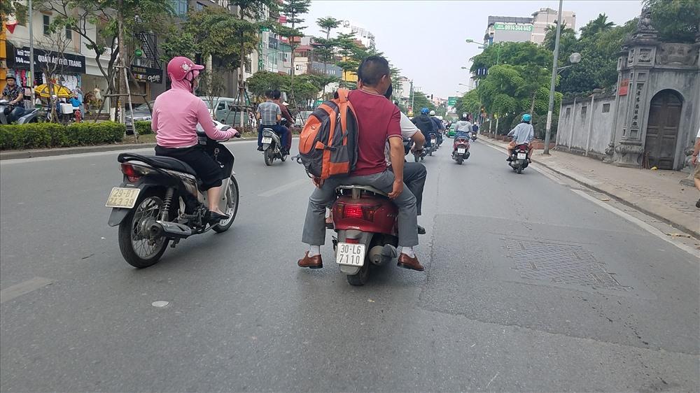 Không chỉ vi phạm lỗi không đội mũ bảo hiểm, nhiều trường hợp còn đèo 3 ngang nhiên chạy trên các tuyến phố.