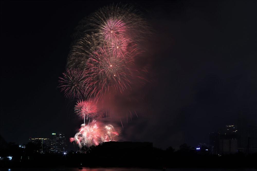 Không chỉ quận 2 mà toàn bộ khu trung tâm thành phố được thắp sáng bầu trời trong đêm mừng ngày đại thắng. Ảnh: Trường Sơn