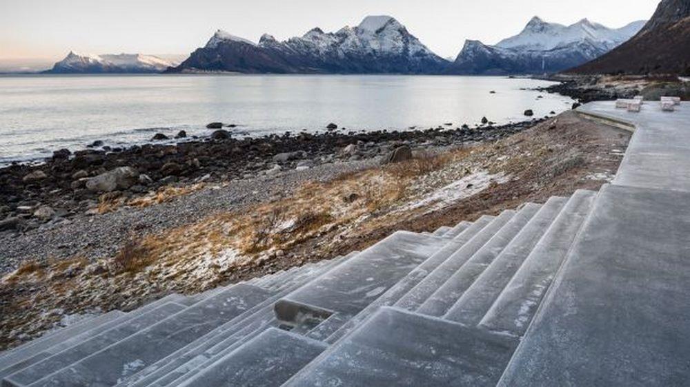 Ở phía sau là một bậc thang rộng, đưa du khách xuống hướng biển. Bạn có thể thỏa thích ngắm nhìn cảnh biển tuyệt vời ở nơi này.