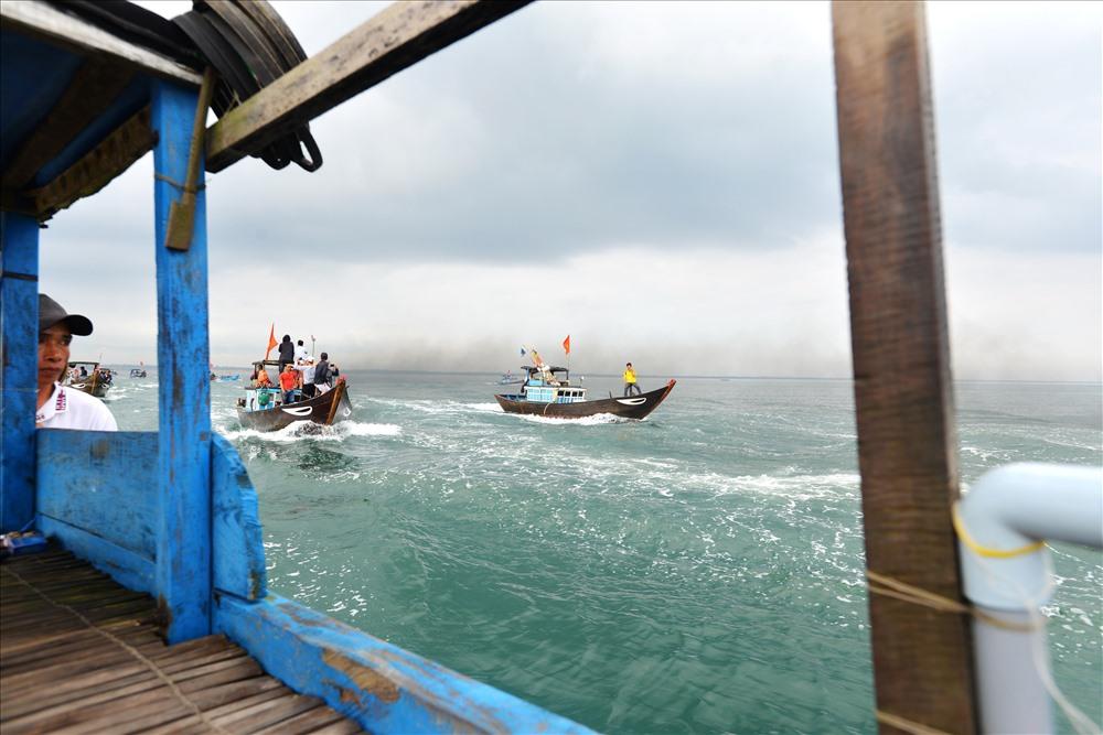 Những chiếc tàu cá đua nhau trên biển trong ngày lễ hội nghinh Ông.  Ảnh: Thuận Quảng