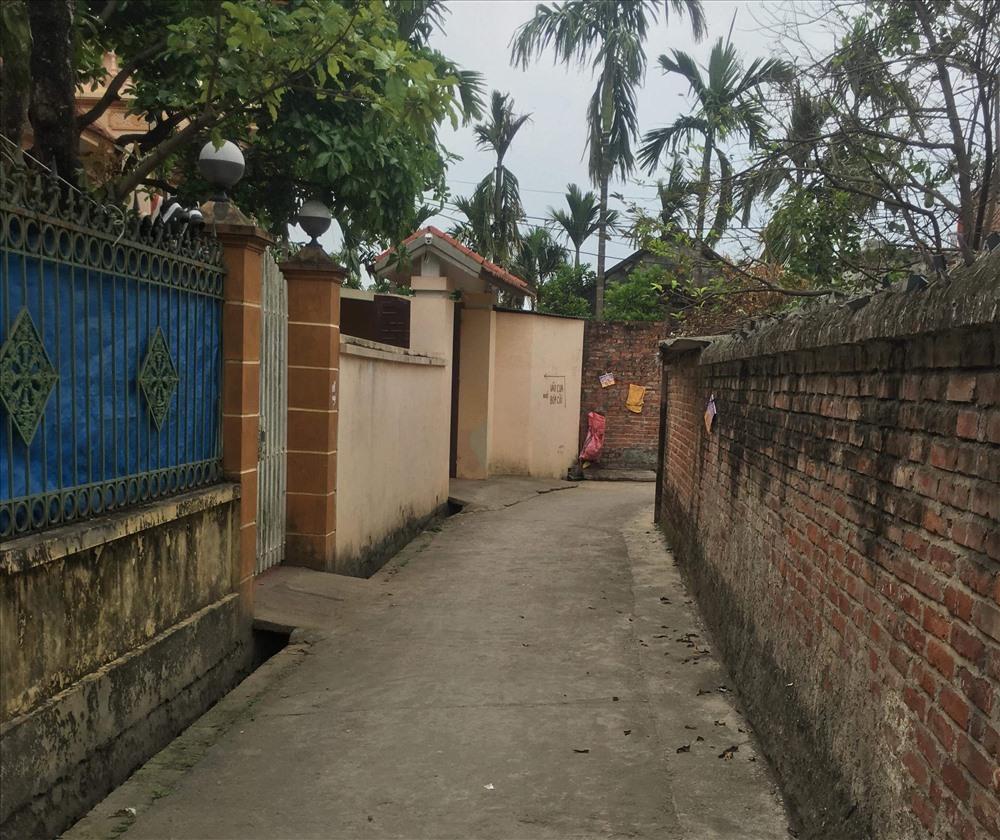 Cổng vào nhà anh Ngô Bá Lương bị các đối tượng đến dọa, đập phá tài sản.