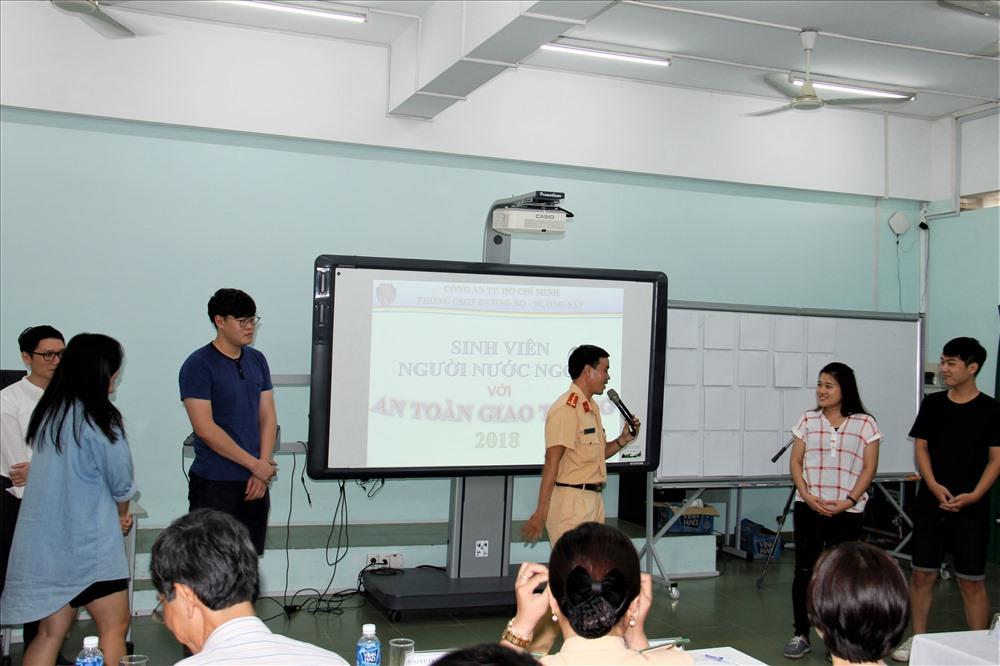 CSGT hướng dẫn các bạn sinh viên nước ngoài về các qui định của Luật giao thông, cách xử lý tình huống khi tham gia giao thông. Ảnh: PC67
