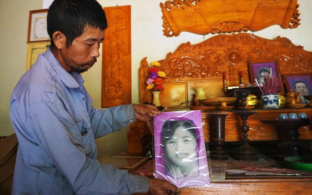 Ông Nguyễn Nhật Toàn, xã Cát Văn và di ảnh chị gái Nguyễn Thị Điều, hi sinh năm 20 tuổi. Ảnh: QUANG ĐẠI