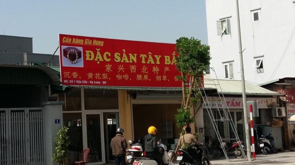 Tấm biển này vừa mới được dựng lên trên phố Hậu Cần. Ảnh: Nguyễn Hùng
