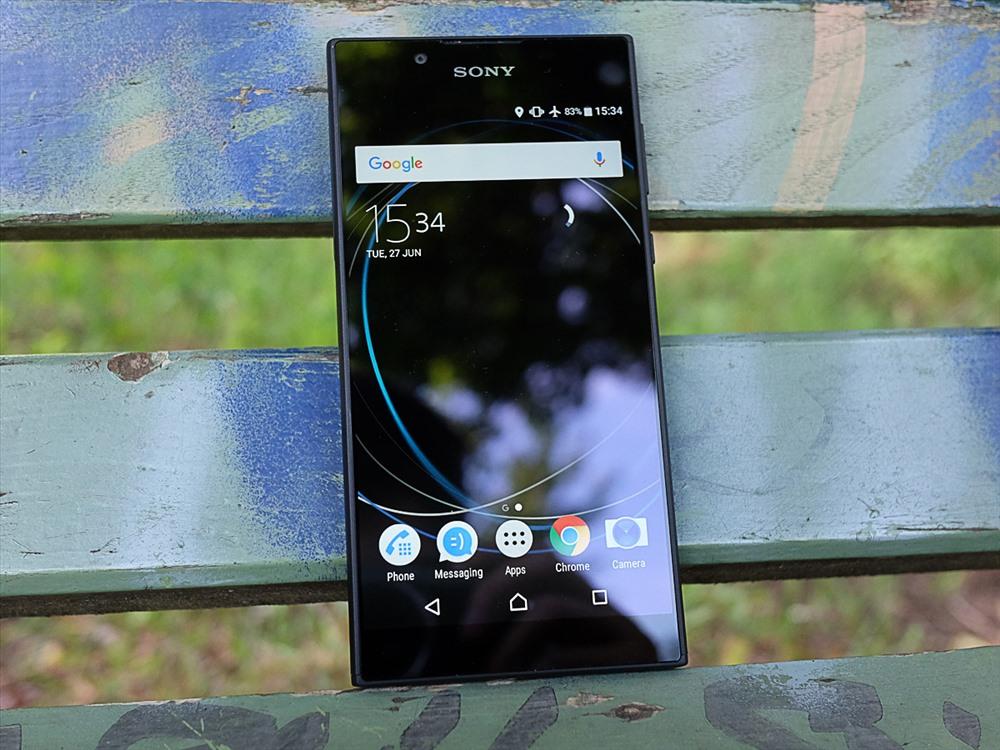 Sony Xperia L1 có thiết kế đơn giản với phần thân nhựa vuông vức, các góc bo tròn. Xperia XA sử dụng chip xử lý 4 nhân MediaTek  MT6737T, RAM 2 GB, GPU Mali-T720MP tương tự như các dòng máy Nokia 3 hay Samsung Galaxy J2 Prime. Camera trước và sau có độ phân giải lần lượt là 5 MP, 13 MP cho chất lượng ảnh chụp khá, độ nét cao, cân bằng trắng tốt.