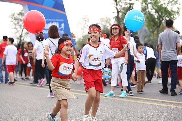 """EDURUN đã trở thành nơi gặp gỡ và kết nối những trái tim, các em học sinh biết quan tâm đến nhau trong suốt hành trình, hỗ trợ và cổ vũ những người tham gia. Nhiều phụ huynh đã gọi đây là """"Ngày Chủ nhật yêu thương"""""""