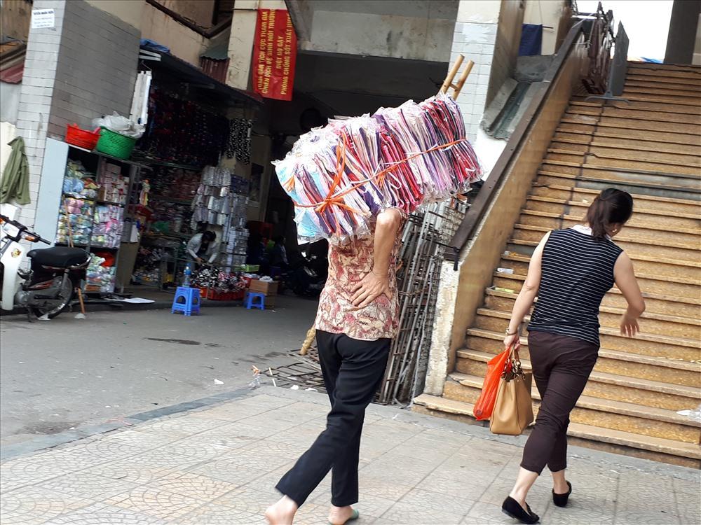 Chợ Đồng Xuân vắng vẻ hơn thường lệ, nhưng vẫn có những người lao động đến mua hàng.