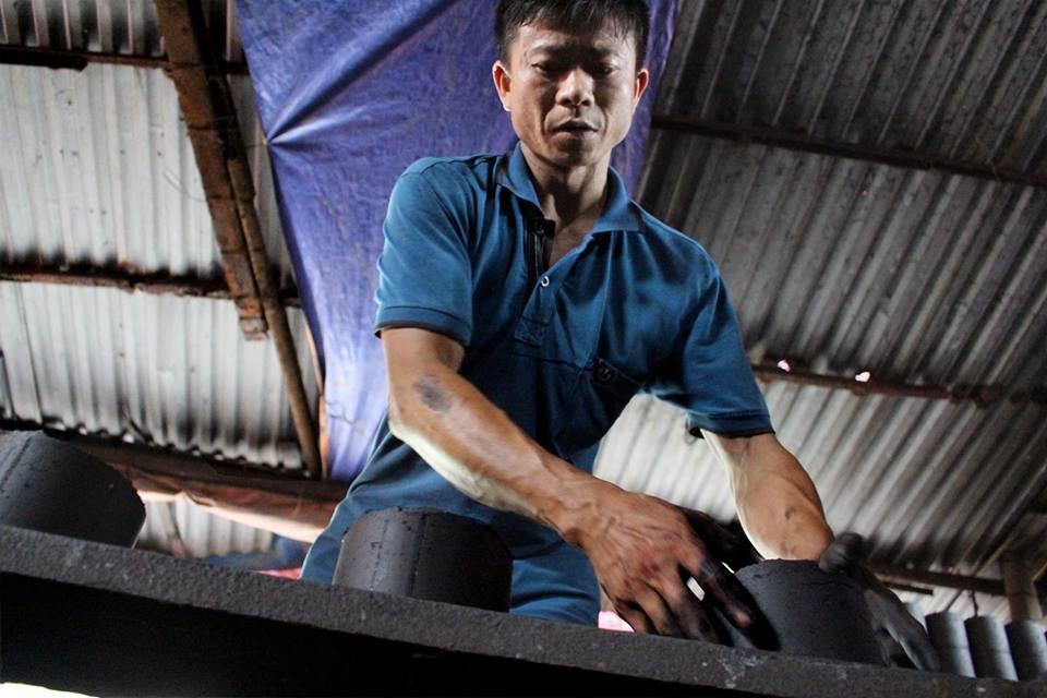Gia đình anh Tiến làm than tổ ong đã được 30 năm. Hằng ngày xưởng than chỗ anh xuất ra hàng nghìn viên than phục vụ cho khắp nội thành Hà Nội.