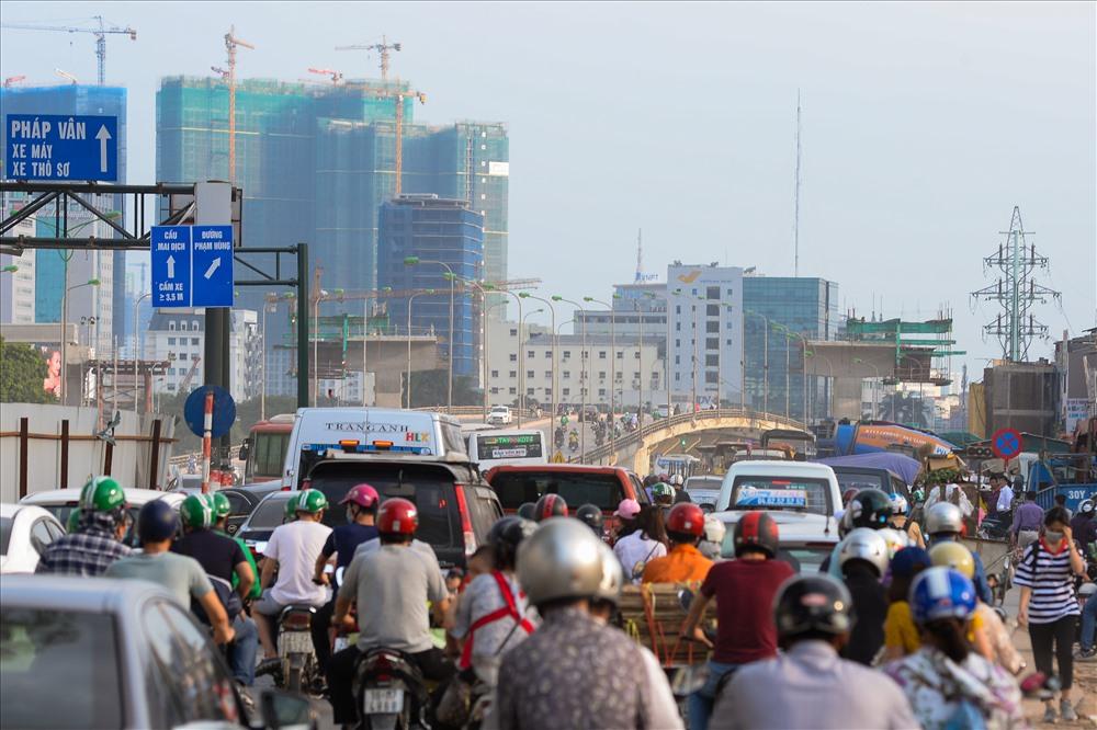 Mật độ gao thông tại đoạn Phạm Văn Đồng và Mai Dịch ngày một tăng. Ảnh: Sơn Tùng