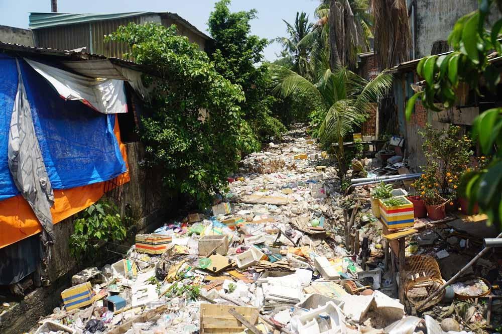 Rác ngập kín khu vực hạ lưu kênh Hy Vọng.