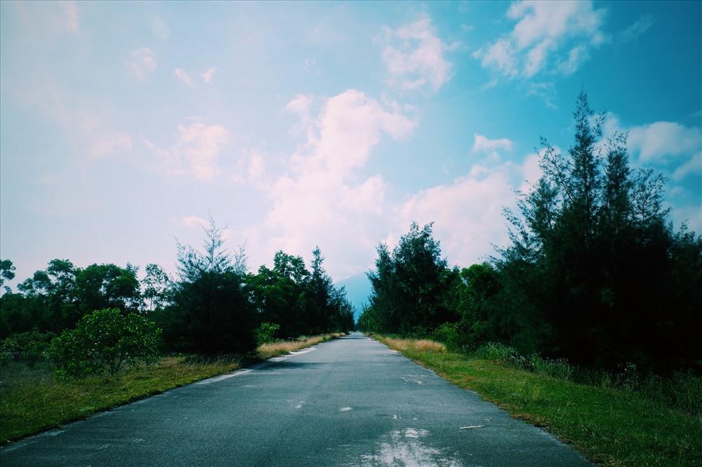 Con đường xinh xắn nép mình bên bờ Lập An. Ảnh: TH