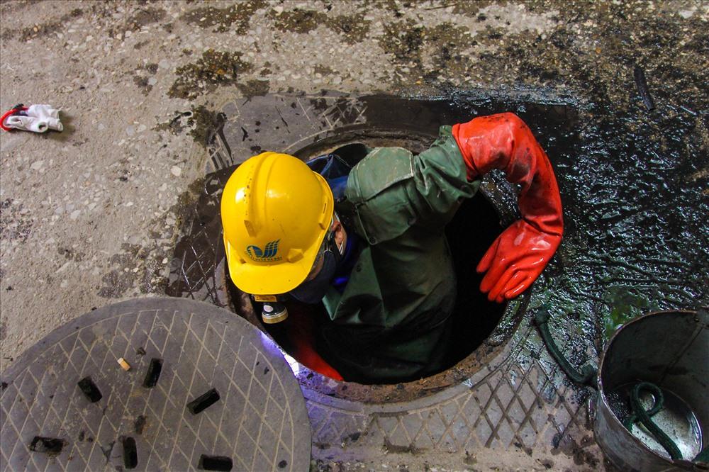 Công nhân bắt đầu chui xuống dưới lòng cống để làm việc.