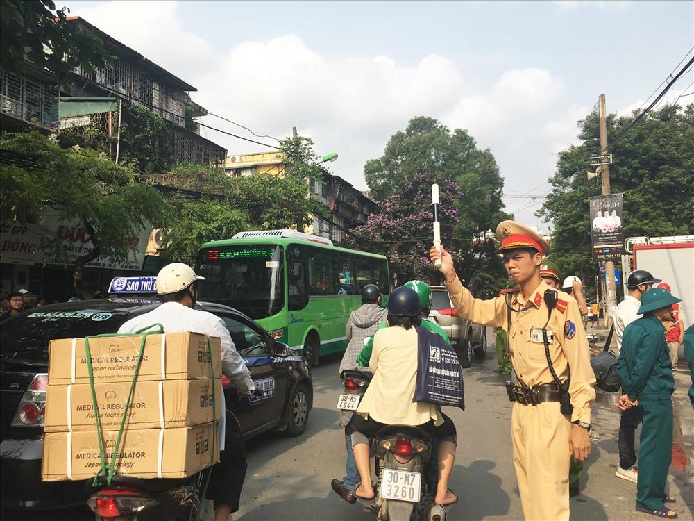 Lực lương công an đang vất vả điều tiết giao thông.